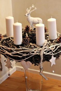 Heute zeige ich euch meinen Adventskranz in Weiss und Natur, der in der Wohnküche seinen Platz hat.           Die Bilder sind bei Kunstlicht...