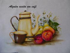 Bule, xícara e frutas