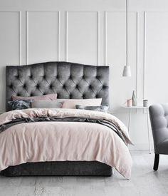 peinture-chambre-adulte-lit-gris-linge-de-lit-gris-rose-noir-fauteuil-gris-peinture-mur-blanc-decoration-élégante