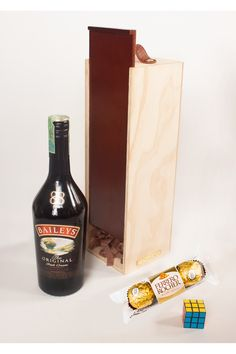 Regalos sencillos pero directos. Un empaque tipo vinera en madera, de color caramelo, con manija en cuero, acompañado de una botella de baileys, unos chocolates ferrero Rocher y un mini cubo Rubik para pasar el rato. Regalos en La Confitería, una tienda de regalos innovadores de Colombia para el mundo. Chocolates Ferrero Rocher, Color Caramelo, Baileys, Coffee, Drinks, Mini, Food, Gifts For Women, Gift Shops