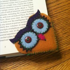 "Owl bookmark Un ""chouette"" marque page Fabric Crafts, Sewing Crafts, Sewing Projects, Craft Projects, Craft Ideas, Crafts To Make, Arts And Crafts, Felt Bookmark, Bookmark Craft"