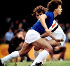 Cruzeiro x São Paulo pelo Campeonato Brasileiro de 1975. Joãozinho dribla Nelsinho e arranca em direção ao gol.