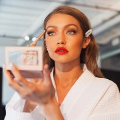 Gigi Hadid's first makeup palette has officially launched Gigi Hadid X Maybelline Jetsetter Palette Estilo Gigi Hadid, Bella Gigi Hadid, Flawless Makeup, Beauty Makeup, Face Makeup, Beauty Tips, Make Up Looks, Gigi Hadid Makeup, Gigi Hadid Outfits