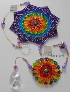 Mandala arco-íris 2. <br>Móbile com 02 Mandalas, sendo estas de 15cm e 05 cm aproximadamente, confeccionadas em PVC. Pintura em Vitral. Excelente peça para embelezar o seu LAR ou um Presente Especial. Acompanha linda embalagem conforme apresentação de fotos.