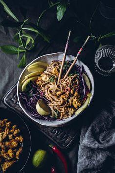 Indonesialaiset Satay-nuudelit ja helppo tofun maustamisvinkki (V) – Viimeistä murua myöten Milkshake, Japchae, Meat Recipes, Tofu, Food Photography, Curry, Dinner, Ethnic Recipes, Dining