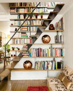 L'escalier est dissimulé dans une bibliothèque
