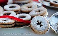 Malí+rošťáci.+Linecké+cukroví+ze+špaldové+mouky+plněné+rumovými+povidly Bagel, Doughnut, Bread, Desserts, Food, Tailgate Desserts, Deserts, Eten, Postres