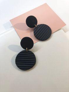 Diy Earrings Polymer Clay, Cute Polymer Clay, Polymer Clay Charms, Earrings Handmade, Beaded Earrings, Ideas Joyería, Black Clay, Bijoux Diy, Biscuit