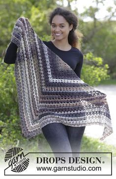 Crochet shawl with fan pattern. The piece is worked in DROPS Delight. Free pattern by DROPS Design.