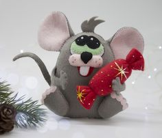 Felt rat sewing patternRat or mouse easy tutorial Christmas Plushie Patterns, Softie Pattern, Felt Patterns, Sewing Patterns, Sewing Tutorials, Clay Tutorials, Felt Crafts Diy, Felt Diy, Felt Bookmark