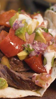 Receta con instrucciones en video: Una nueva manera de disfrutar tu corte asado preferido Ingredientes: 600 gr. de entraña, 6 tortillas de trigo o maíz, 1 pimiento morron, 2 jalapeños, 1 tomate...