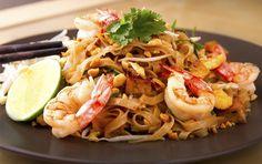 Hoy vamos a preparar uno de los platos más conocidosde la cocina tailandesa, Pad Thai.EnTailandialo podemos comerdesde los restaurantes más lujosos hasta pequeños puestos en la calle. Se trata de un plato muy completoque ningún viajero debería perderse. Existen