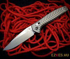 A prémium CPM-20CV rozsdamentes acél penge, rendkívüli keménységet biztosít a maximális élmegtartás érdekében. Egyetlen darab titániumból mart, integrált markolat nagy szilárdságot kölcsönöz a zsebkésnek, a textúrája pedig a jobb fogási teljesítményt nyújt. Throwing Tomahawk, Knife Throwing, Outdoor Knife, Neck Knife, Kydex, Knives, Knife Making, Knifes, Throwing Knives