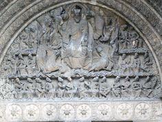 Particolare del portale di Moissac.  L'architrave, decorato da otto rosette geometriche rappresentanti le fiamme dell'Apocalisse, riprendono la storia narrata dalle decorazioni sul timpano: al centro, entro una mandorla, la figura di Cristo appare benedicente e nell'atto di mostrare il libro dei sette sigilli. Accanto a lui, i simboli dei quattro apostoli e, esternamente, ventiquattro Vegliardi musicanti equidistanti con il volto teso verso la centralità di Cristo.