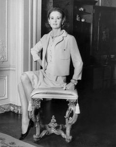 Gloria Vanderbilt in Mainbocher in Photo by Horst. Look at that suit… Gloria Vanderbilt, Anderson Cooper, 1960s Fashion, Vintage Fashion, Isabel Toledo, Yves Saint Laurent Paris, Fashion Figures, Young Black, High Society