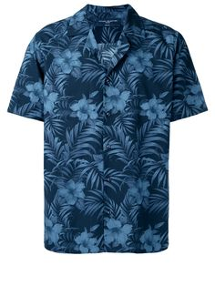 These are the 12 best Hawaiian shirts to shop right now. Casual Wear For Men, Casual Shirts For Men, Cool Hawaiian Shirts, Camisa Floral, Men's Wardrobe, Calvin Klein Men, Burberry Men, Gucci Men, Tumblr Outfits