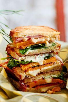 Nach einer Winterwanderung genau die richtige Stärkung findet sich zwischen den beiden Brothälften dieses lecker belegten Sandwichs. Das hat mindestens so viele Lagen wie unser Zwiebellook. #rezept #idee #süßkartoffel #süßkartoffelrezept #sandwich #belegtesbrot #stulle #veganessandwich #vegan #veggie #vegetarisch #spinat #mango #mayo