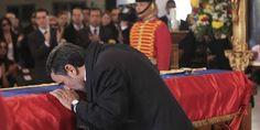 Qui succédera à Ahmadinejad ? - Mahmoud Ahmadinejad se recueille sur le cercueil de Hugo Chavez. | REUTERS/HANDOUT