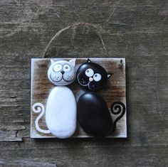 ,,KOČIČKY - black&white,, REZERVÉ,, Dřevěná cedulka na zavěšení je z tvrdého dřeva,lakovaná a mořená a je doplněná kamínky - oblázky, ručně malovanými.Oblázky tvoří tělíčko a hlavu ,,KOČIČEK,, a zbytek je domalován.Obrázek působí neobvykle a vtipně :) Velikost destičky je: : 10 X 8,4 cm Síla : 6mm Cedulka je lakována a opatřena provázkem,lze provázek ...