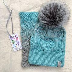 Солнечного понедельника☀️☺️ изо всех сил пытаюсь сократить лист ожидания комплект связан на заказ❌ #шапка #шапкаиснуд #шапкаспомпоном #вязанаяшапка #вязание #вяжу #вяжутнетолькобабушки #knitting #knit #handmade