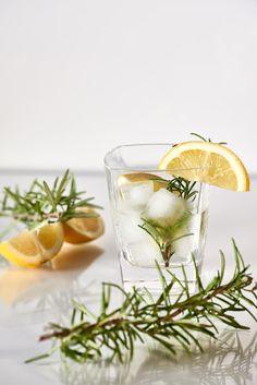 Cocktail Gin, Lemon & Rosemary Gin Lemon, Beverages, Cocktails, Ethnic Recipes, Food, Fotografia, Craft Cocktails, Essen, Cocktail