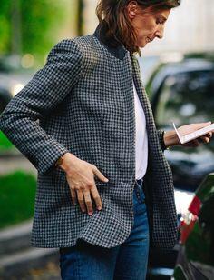 Blazer pied-de-coq + tee-shirt blanc + jean = le bon mix (photo Le 21ème)