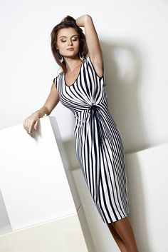 Lovely printed dress with accessories Elegant Dresses, Beautiful Dresses, Nice Dresses, Short Dresses, Day Dresses, Summer Dresses, Look Fashion, Fashion Design, Over 50 Womens Fashion