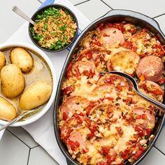 Falukorven – en vardagshjälte som blir jättegod att gratinera. Här med en liten smaklig tvist i form av inlagd gurka och med den runda, goda smaken från grädden och osten. Lägg falukorven i en ugnssäker form med grädde, grillad paprika och ost. Smaklig spis! Dinners For Kids, Charcuterie, Paella, Cauliflower, Sausage, Pork, Food And Drink, Chili, Cake Recipes