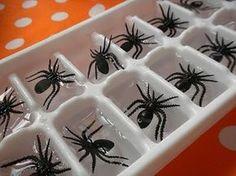 Forminhas de gelo com aranhas de plástico