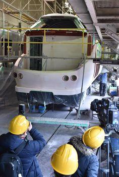 公開された塗装前の「トワイライトエクスプレス 瑞風」=大阪府東大阪市で2016年2月24日午前10時23分、川平愛撮影