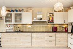 #IXINA #IXINAclara #IXINAkitchen #woodaccents #woodkitchen #germankitchens #modernkitchen  #kitchendesign #Lshapedkitchen  #kitchenfurniture #kitchenideas #kitchendecor #kitchengermandesign  #bucatarieIXINA #bucatariemoderna #ideidelaixina Wood Texture, Modern, Kitchen Cabinets, Furniture, Design, Home Decor, Trendy Tree, Decoration Home, Room Decor