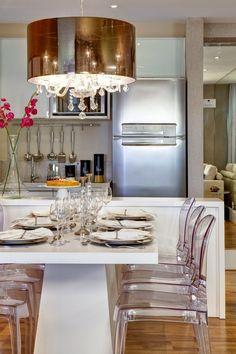 lustre em acetato bronze e cristais em sala de jantar. Post com 5 Pendentes e Lustres Redondos para Sala de Jantar. #SalaDeJantar #Decoração