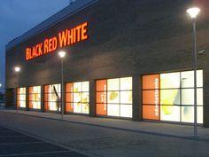 Black Red White nocą