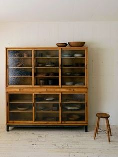 Alte Vitrine oder Anrichte oder was auch immer es ist Old showcase or sideboard or whatever it is. Dining Furniture, Vintage Furniture, Home Furniture, Furniture Design, Furniture Ideas, Dining Hutch, Furniture Storage, Furniture Makeover, Dining Rooms