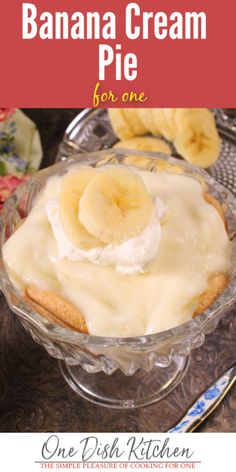 Homemade banana cream pie made with one banana, creamy vanilla pudding and a cookie crust. A deliciously rich single serving banana cream pie recipe. Small Desserts, Köstliche Desserts, Delicious Desserts, Health Desserts, Plated Desserts, Dessert Recipes, Single Serve Meals, Single Serving Recipes, Cream Pie Recipes