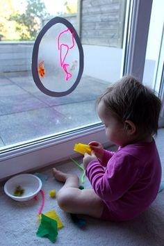Mon bébé a réalisé son premier attrape-soleil, et c'est une véritable oeuvre d'art!Sa grande soeur en réalise chaque année pour Noël. C'est un bricolage relativement simple, accessible à tous, et dont le rendu estgénéralement très joli.Ila toujoursbeaucoup plu àma Poupette, et j'avais également envie de faire découvrir cette activité créative et sensorielle à mon bébé.Pâques approchant, elle a donc décoréun œuf attrape-soleil. MATÉRIEL UTILISÉ: · Rouleau adhésif couvre-livre… Infant Activities, Activities For Kids, Diy For Kids, Crafts For Kids, Kindergarten, Easter Party, Kids Education, Preschool Crafts, Kids And Parenting