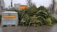 Niedaleko mojego mieszkania jest skład choinek. Od 1990 roku miasto dba o ich utylizowanie. W zeszłym roku zebrano 160000  drzewek czyli prawie 700 ton. Spalanie choinek wytwarza ekologiczną energię która w 2016 roku oświetliła prawie 1000 gospodarstw domowych i ogrzała 2300 przez miesiąc. Hasłem przewodnim w tym roku jest Kein Lametta wäre netter czyli Było by milej bez lamety. Aby uniknąć zanieczyszczenia energii wszystkie ozdoby haczyki łańcuchy należy usunąć.  Składy dostępne są już od… Washing Machine, Home Appliances, Photos, House Appliances, Pictures, Appliances