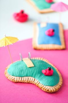 Learn how to make these piña colada pool pop tarts that look like mini swimming pools! They& super easy and perfect for summer pool parties! Pop Tarts, Summer Pool Party, Pool Parties, Summer Diy, Theme Parties, Beach Party, Virgin Pina Colada, Blue Frosting, Black Fondant
