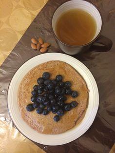 Buenos dias chicas y provechito;pancake de avena y fresas... Blueberries, almendras y te verde con gengibre