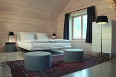 Ihr wollt mal wieder so richtig ausspannen und habt noch keine Idee, wo dafür der geeignete Ort ist? Vielleicht haben wir heute genau das Passende für euch.   Es verschlägt uns dafür nach Österreich, genauer gesagt nach Schoppernau. Dort renovierte das Architekturbüro firm ZT GmbH ein über 60 Jahre altes Haus und schuf für ein junges Paar ein kleines Hotel.