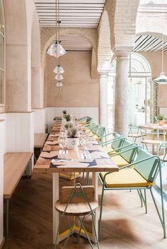 """Das Restaurant """"el pintón"""" in Sevilla, Spanien, wurde von den Architekten lucas y hernández-gil entworfen - Architecture Restaurant, Luxury Restaurant, Restaurant Interior Design, Cafe Interior, Best Interior Design, Cafe Restaurant, Luxury Interior, Hawaiian Restaurant, Yellow Interior"""