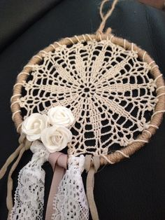 Handmade Doily Dreamcatcher Crochet Books, Crochet Home, Diy Crochet, Crochet Doilies, Sun Catchers, Making Dream Catchers, Crochet Dreamcatcher, Indian Arts And Crafts, Embroidery Hoop Crafts