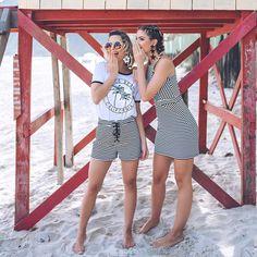 LOOKSLY - Lili Paiva com camiseta California e shorts de listras e Marilia Boaretto com vestido de listras do Alto Verão 2017