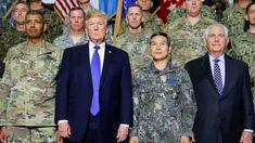 Le président américain et son secrétaire d'État Rex Tillerson avec des militaires du Camp Humphreys à Pyeongtaek, en Corée du Sud en novembre 2017