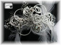 Tocado en hilo de aluminio plata.plumas en dos tonos y cristales de swarosky
