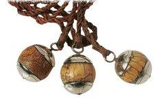 Boleadoras, instrumento en principio utilizado por los indígenas, y actualmente por los gauchos(hombres que realizan actividades rurales) para cazar animales, reboleándolas y tirándolas a las patas de los animales para derribrlos