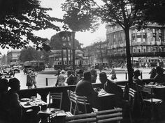 Potsdamer Platz Berlin from the terrace of the Cafe Josty - showing the famous tower traffic light - Weimar Germany Cabaret, Belle Epoque, Hotel Bellevue, Potsdamer Platz, Europe, History Of Photography, Old City, Cool Posters, Historical Photos