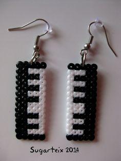 Pendientes de teclado musical en hama mini. Si te gusta puedes adquirirlo en nuestra tienda on-line: http://www.mistertrufa.net/sugarshop/ Ver más en: http://mistertrufa.net/librecreacion/groups/hama-beads/