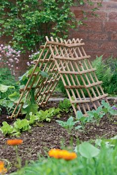 DIY for the garden: Grids, rods and garden tools create supports for plants that want to go high. Whether climbing plants, vegetables or berries, the homemade climbing aids help our plants to grow and thrive. decoration # Kitchen garden # own harvest Greenhouse Gardening, Gardening Tips, Garden Trellis, Garden Planning, Garden Tools, Garden Fun, Amazing Gardens, Climbing, Outdoor Structures
