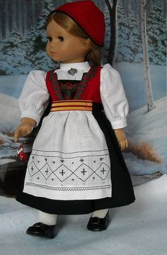 A very good representation of a Norwegian Hardanger Bunad, similar to a doll my mom kept in a plastic display case. Folk Clothing, Historical Clothing, Clothing Patterns, Doll Patterns, Sewing Dolls, Ag Dolls, Girl Dolls, Doll Closet, Doll Costume